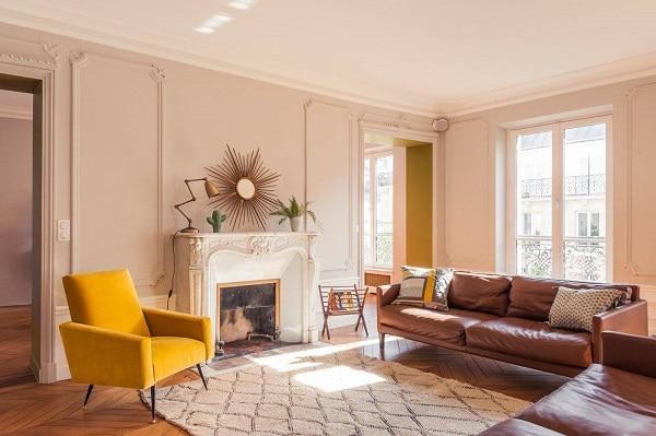 Sofa văng da có thể dễ dàng kết hợp với ghế bành, bàn cà phê…giúp mang lại một không gian ấn tượng, tiện nghi.