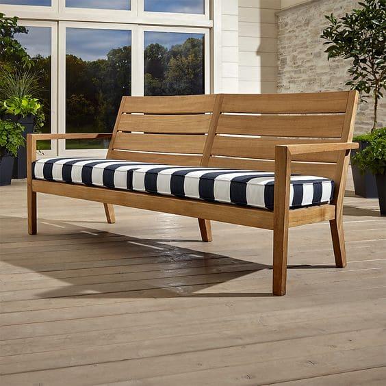 Các chân ghế sau được thiết kế thoải mang lại điểm tựa vững chắc khi sử dụng.