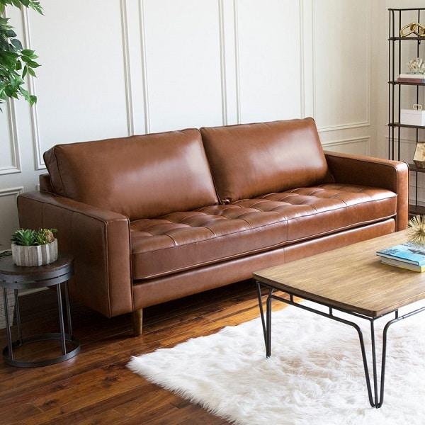 Sofa văng màu nâu sẫm phối hợp với chân gỗ mang lại vẻ đẹp đồng điệu, sang trọng cho căn phòng.
