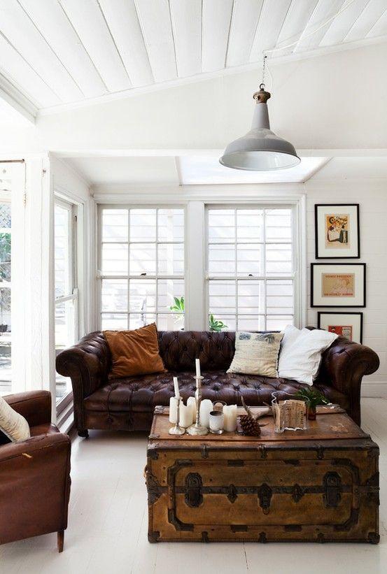 Chất liệu da khiến cho mẫu sofa văng 2 chỗ ngồi này trở nên hoàn hảo. Nhờ thiết kế kiểu cách, nó phù hợp để đặt trong phòng khách sang trọng, văn phòng và các khách sạn.