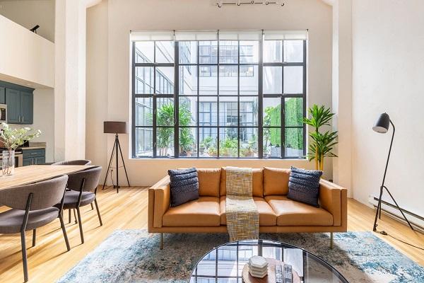 Chân gỗ cao nhỏ nhắn làm cho mẫu sofa này thêm ấn tượng, hài hòa với phòng khách chung cư mà lại hạn chế được bụi bẩn lên chất liệu vải