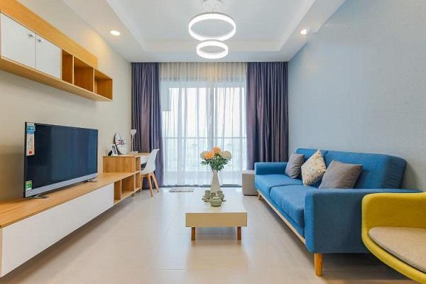 Sắc xanh thiên thanh là dấu ấn không thể nào quên của mẫu sofa này trong phòng khách chung cư bởi tính thẩm mỹ và cảm giác thư giãn, tươi mát mà bộ sofa mang lại cho người dùng