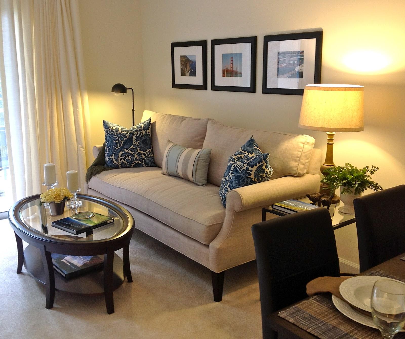 Phần tay vịn sofa thiết kế điệu đà, hơi vát vào phía trong và cong tròn sang hai bên giúp tăng tính thẩm mỹ và người dùng cũng cảm thấy thoải mái hơn khi kê tay lên