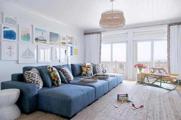 Băng ghế trải rộng kết hợp đệm mút dày dặn, êm mềm biến chiếc sofa văng giường vừa thành chỗ ngồi vừa thành chỗ nằm nghỉ ngơi của các thành viên trong gia đình