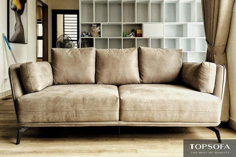 Dù làm bằng chất liệu vải dễ bám bẩn hơn chất liệu da nhưng sắc nâu nhạt lại giúp mẫu sofa TS323-02 có khả năng che vết bẩn khá tốt. Cùng với đó là hệ chân kim loại sơn đen nâng cao giúp ngăn cách đệm sofa với mặt sàn bên dưới
