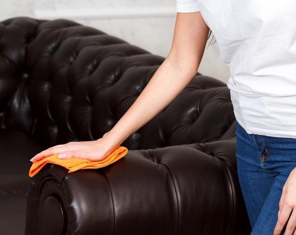 Cho dung dịch khử mùi chuyên dụng vào khăn mềm và lau qua bề mặt sofa