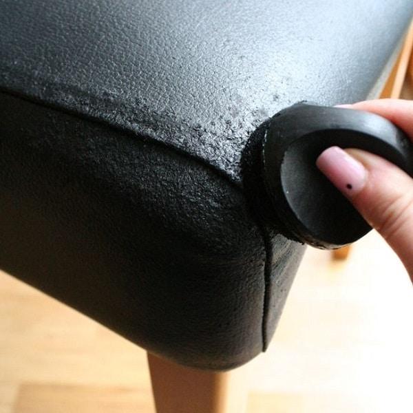 Dùng xi đánh giày màu đen quét lên vết xước sẽ giúp sofa da đen bóng, đẹp hơn