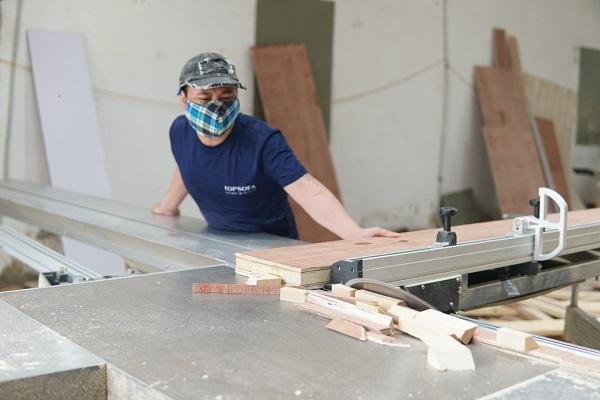 Topsofa áp dụng máy móc hiện đại để sản xuất sofa văng 1m2 giúp sản phẩm đạt chuẩn kỹ thuật, đúng yêu cầu