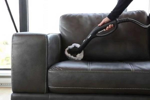 Khử mốc sofa da bằng máy hút bụi là một cách làm thông dụng và hiệu quả.