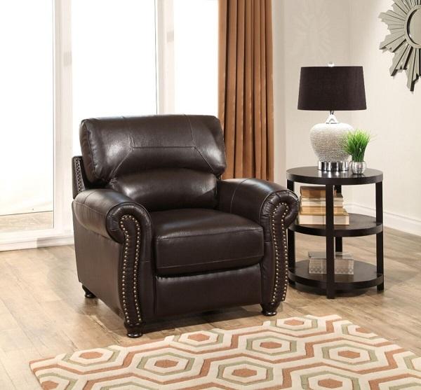 Sofa da đơn được thiết kế theo phong cách cổ điển, mang lại vẻ đẹp ấm cúng mà sang trọng cho không gian.