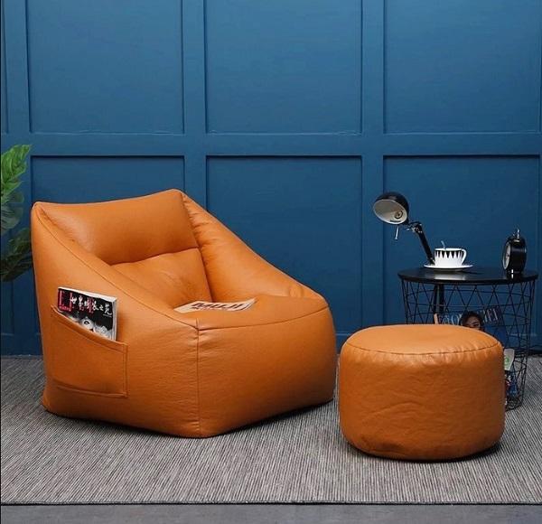 Kết hợp sofa da đơn với ghế đôn tròn giúp bạn có một không gian thư giãn, nghỉ ngơi tuyệt hảo