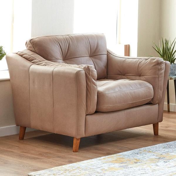 Sofa da đơn màu hồng vỏ đỗ là điểm nhấn nổi bật, tạo nên vẻ đẹp tinh tế đầy cuốn hút cho căn phòng.