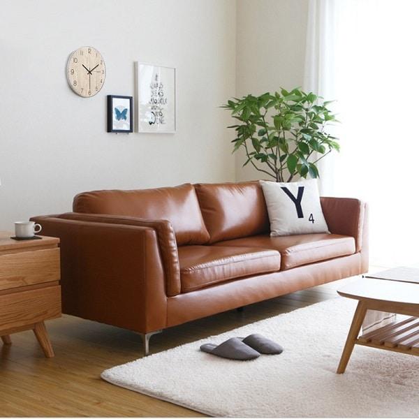 Mẫu sofa văng da mini mang tới sự gọn gàng, vuông vắn phù hợp với không gian phòng nhỏ, hiện đại và trẻ trung