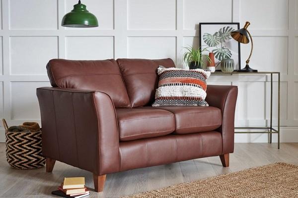 Nếu lựa chọn mẫu sofa da phòng ngủ màu nâu socola vững chãi này, bạn có thể kê gần sát tường cả một căn phòng ngủ sơn màu trắng để vừa làm điểm nhấn vừa là nơi đọc sách lý tưởng