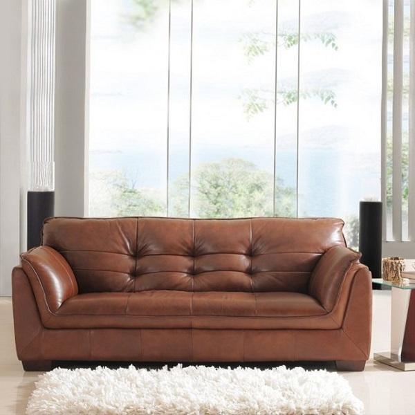 Với dáng vẻ có phần đồ sộ, sofa văng da phòng ngủ màu nâu thích hợp để kê gần ban công phòng ngủ màu sáng nhằm tận hưởng không khí của thiên nhiên