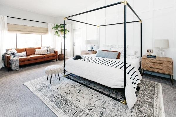 Bạn có thể kê chiếc sofa da phòng ngủ màu nâu bò cạnh cửa sổ để tạo ra chỗ nằm nghỉ đón bình minh hay đọc sách lý thú mà không lo chất liệu da bị ảnh hưởng bởi khi nắng to chỉ cần kéo rèm che là xong