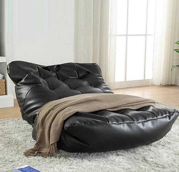 Với màu da đen sang trọng, thiết kế độc đáo cùng tác dụng nằm thư giãn là chính, bạn có thể bày chiếc ghế sofa da phòng ngủ này trên một chiếc thảm lông, ở góc phòng, cạnh cửa sổ đón nắng sớm