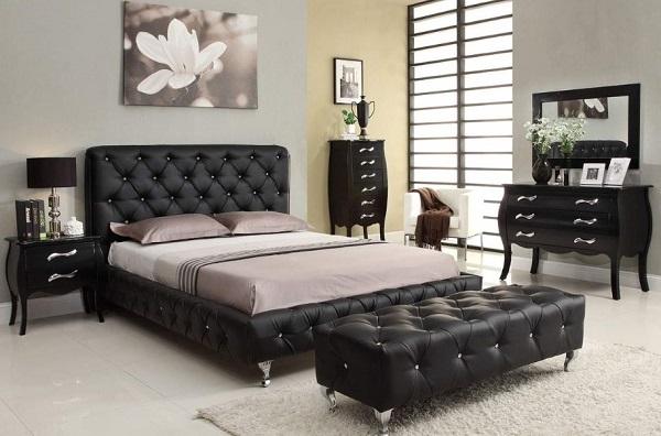 Khi kết hợp sofa văng da đen không tựa với một chiếc giường cùng kiểu, căn phòng ngủ của bạn sẽ sang trọng, ấn tượng gấp bội phần. Đặc biệt, chiếc ghế sofa này vừa có thể làm ghế ngồi, ngả lưng thư giãn, giải trí vừa có thể làm bàn trà uống nước.