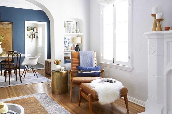 Mẫu sofa da phòng ngủ màu nâu bò này phù hợp để ngồi uống trà, đọc sách báo, ngắm cảnh khi kết hợp với một chiếc ghế đôn cùng màu và một chiếc bàn đồng tròn mạ vàng, đặt cạnh cửa sổ