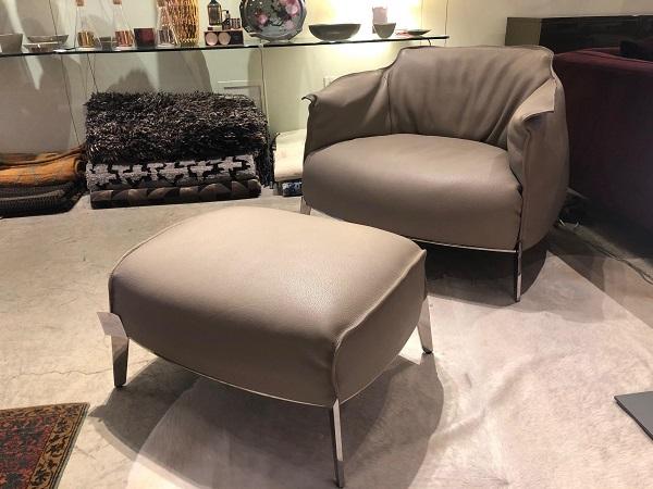 Bạn có thể kết hợp mẫu sofa đơn màu xám nâu này với một chiếc ghế đôn cùng loại và bày ở góc phòng ngủ để tạo ra chỗ nghỉ ngơi, đọc sách tuyệt vời