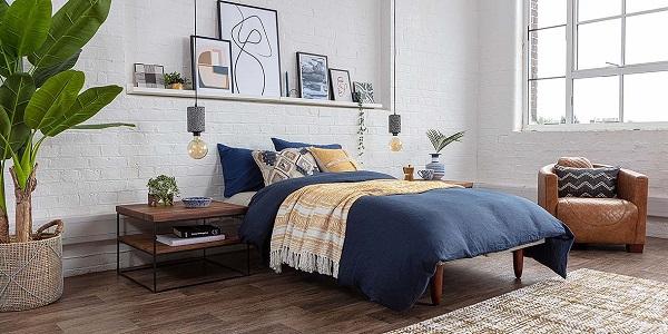 Một mẫu sofa da phòng ngủ màu da bò nâu bóng sang trọng, vững chắc như thế này rất hợp để kê ở gần cửa sổ làm chỗ đọc sách và tạo thành điểm nhấn cho căn phòng màu sáng