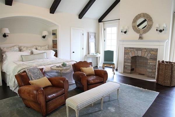 Bạn có thể bày 2 chiếc sofa đơn màu nâu gỗ như thế này kết hợp với một chiếc bàn kim loại tròn sơn trắng để đồ ở giữa, một chiếc bàn sofa kẻ sáng màu nhỏ nhắn ở trước như thế này ở cuối đuôi giường, đối diện tivi để tạo ra góc trò chuyện, giải trí tuyệt vời