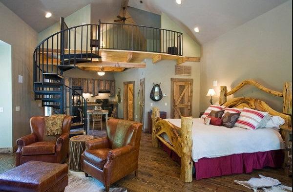 Sẽ thật là thú vị nếu trong một căn phòng ngủ thiết kế theo phong cách tự nhiên với các đồ bằng gỗ là chủ đạo, từ sàn, trần, giường, cửa…lại xuất hiện hai chiếc ghế sofa đơn kèm chiếc ghế đôn bọc da giả gỗ như thế này.
