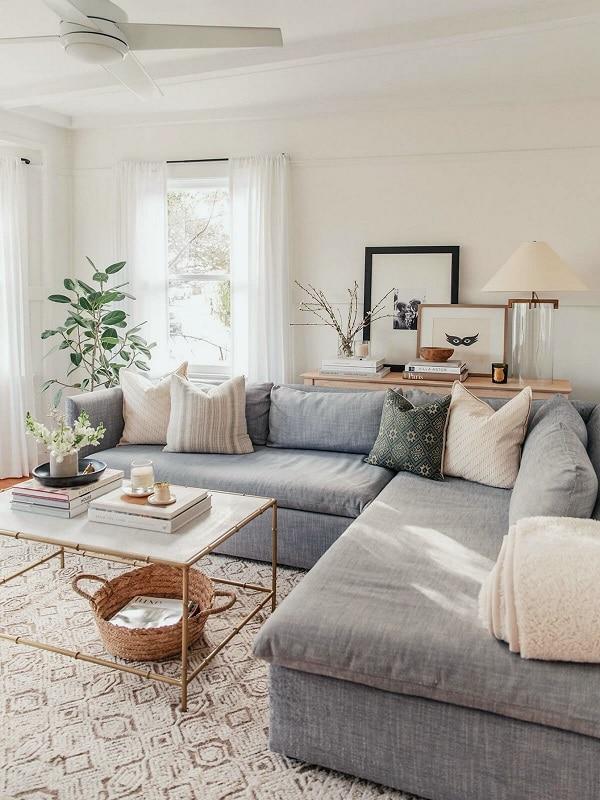 Với thiết kế sát sàn, kích thước tương đối lớn, sofa góc màu xám nhạt này trông sẽ vững chãi và bề thế hơn trong phòng khách chung cư