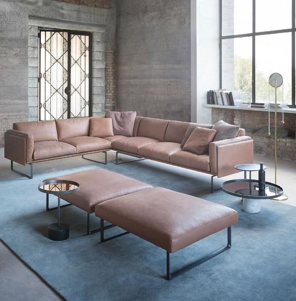 Chân ghế được thiết kế thành khung chữ nhật, nâng cao tạo nên dáng vẻ thanh cảnh cho sofa góc da và giúp người dùng vệ sinh gầm ghế dễ dàng hơn
