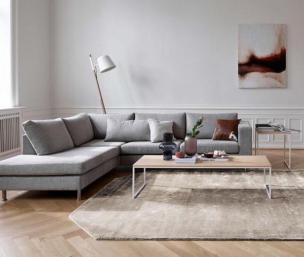 Với phần góc L trải dài, người dùng có thể thoải mái nằm xuống ngả lưng trên chiếc sofa góc màu xám nhạt này để thư giãn, đọc sách hay nghe nhạc