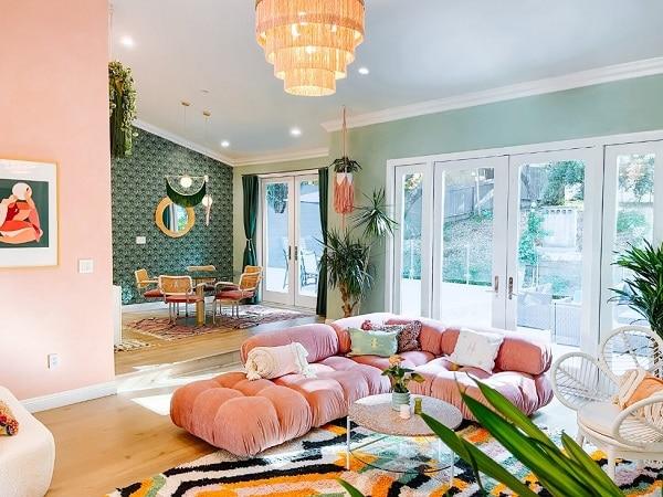 Một chiếc ghế sofa góc L màu hồng lãng mạn, tinh tế khi kết hợp với đèn chùm nhiều tầng lấp lánh sẽ giúp cho căn phòng khách chung cư penthouse của bạn lộng lẫy, đẳng cấp hơn rất nhiều