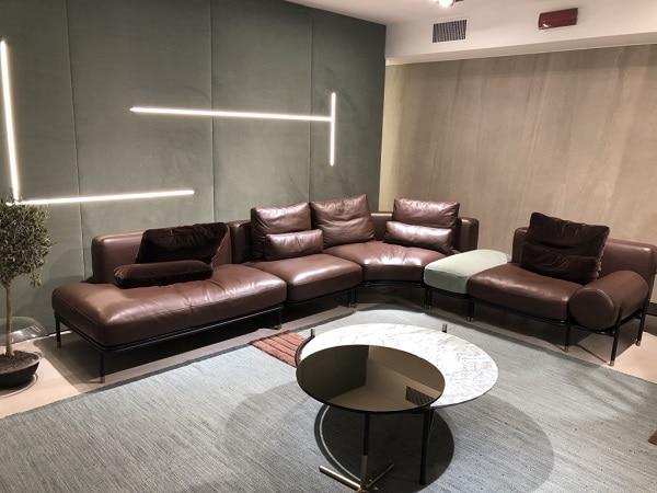 Xen lẫn một khoảng đệm sofa bọc vải màu xanh pastel, mẫu sofa này trông nổi bật, độc đáo và ấn tượng hơn nơi góc phòng khách chung cư