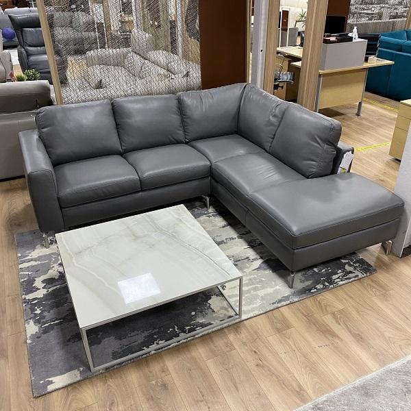 Gam màu ghi đen giúp sofa góc L nhỏ mang lại vẻ đẹp bí ẩn, cá tính cho không gian sống.