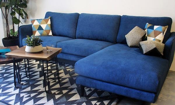 Chân ghế bằng kim loại sơn đen cứng cáp không chỉ tạo sự vững chắc cho người ngồi mà còn làm nổi bật vẻ đẹp sang trọng của bộ sofa