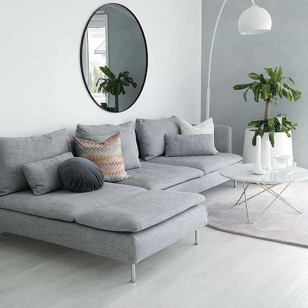 Phần góc sofa không có tay vịn để tạo cảm giác không gian không bị giới hạn và người dùng cũng thoải mái di chuyển hơn