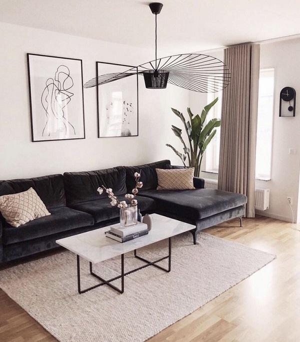 Không chỉ đẹp, lớp vải nhung đen bọc sofa mượt mà còn mang lại cảm giác êm ái, thoải mái như vỗ về, ôm ấp người dùng khi chạm vào