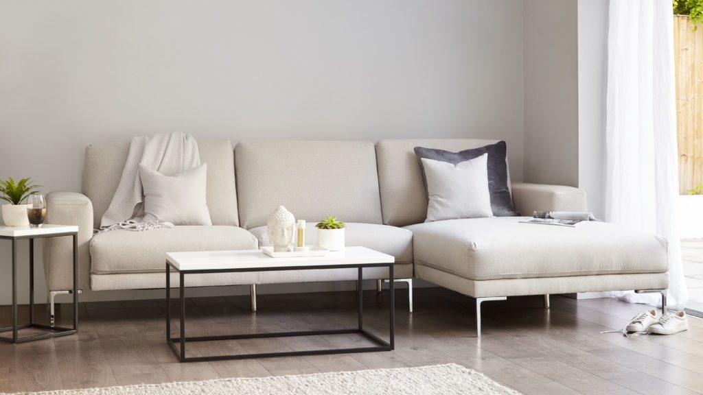 Chân đỡ dáng cao, thanh mảnh, mạ bạc sáng lấp lánh càng tôn thêm dáng vẻ thanh thoát, sang trọng của mẫu sofa góc mini màu trắng sữa