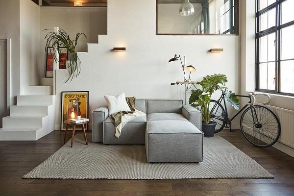 Lưng và tay vịn đều được thiết kế vuông vắn, sắc sảo ở tầm thấp để tạo ra dáng vẻ khỏe khoắn cho sofa góc nhỏ gọn chữ L mà không cản trở tầm nhìn