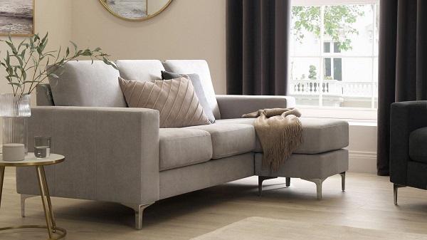 Chân mạ crôm sáng bóng, nâng cao dáng ghế và tăng vẻ sang trọng, cao cấp là một trong những điểm cộng của mẫu sofa góc nhỏ gọn này