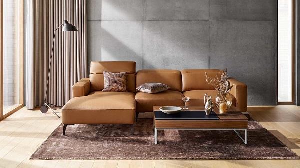 Chân nâng kim loại sơn đen thiết kế hơi choãi ra tạo thêm sự vững chắc cho sofa góc nhỏ gọn mà cũng hết sức sang trọng, sạch sẽ