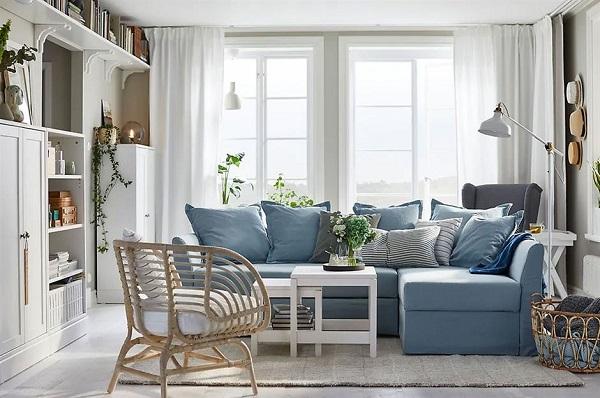 Thiết kế sát sàn kết hợp hai lớp đệm dày và sắc xanh ghi nhã nhặn giúp mẫu sofa góc nhỏ gọn này có thể mang đến chỗ nghỉ ngơi, thư giãn thoải mái cho người ngồi