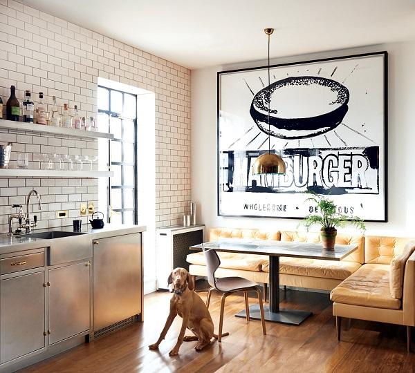 Chân gỗ cao tạo ra sự đồng bộ về màu sắc với phần nệm ghế sofa và làm cho người ngồi cảm thấy thoải mái hơn khi thưởng thức món ăn trong nhà hàng, quán ăn