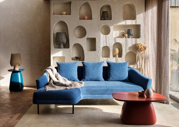Những đường cong uốn lượn nơi tay vịn, đệm ngồi giúp sofa góc nhỏ gọn thêm duyên dáng và người dùng cũng cảm thấy thoải mái hơn khi tựa vào