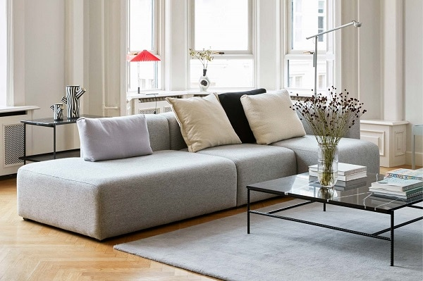 Để chiếc sofa góc tay trứng này thêm nổi bật mà không đánh mất sự hài hòa, bạn có thể kết hợp với một vài chiếc gối tựa màu be, xám nhạt và đen