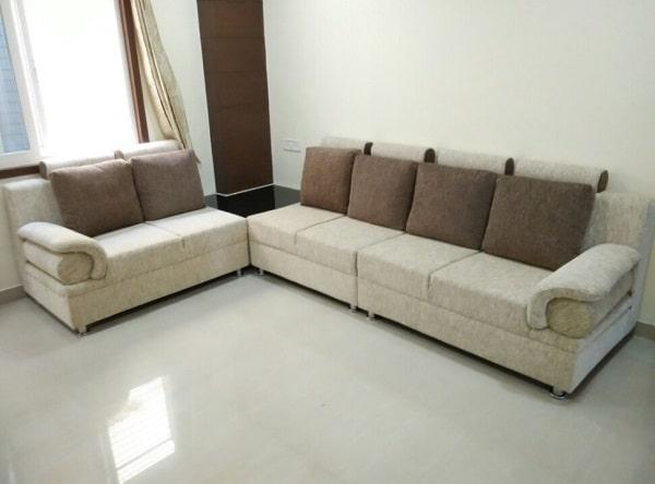 Phần đầu lưng ghế và tay vịn của sofa góc tay cứng đều thiết kế uốn cong tạo vẻ đẹp mềm mại, duyên dáng và giúp người dùng cảm thấy thoải mái hơn