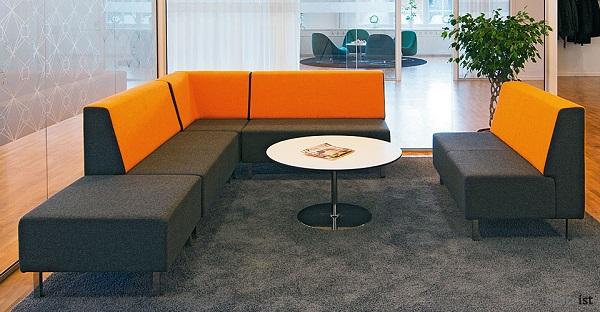 Thiết kế không tay tựa giúp sofa góc văn phòng mang lại sự thông thoáng cùng cảm giác gần gũi và kết nối.