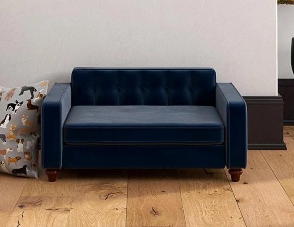 Những đường bo cong ở góc đệm cộng với thiết kế nhấn nút ở phần lưng, chân gỗ nâu bóng tiện tròn giúp tăng vẻ đẹp tinh tế cho sofa văng 1m2