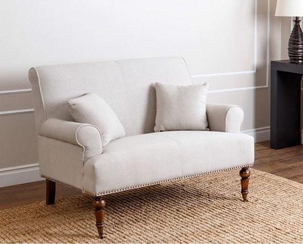 Chân gỗ cao, tiện tròn cầu kỳ nâng cao bề mặt đệm, gia tăng vẻ đẹp cho sofa văng 1m2 và giúp người dùng dễ vệ sinh gầm ghế hơn