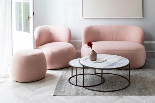Chiếc ghế sofa văng 1m2 màu hồng pastel xinh xinh, dễ thương với phần đệm dày dặn là chỗ ngồi êm ái, lý tưởng điểm tô cho quán thêm đẹp