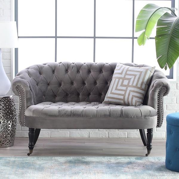 Nếu như hai chân trước thiết kế tỉa cong mềm mại để tạo sự chắc chắn thì hai chân ghế trước tiện tròn cầu kỳ giúp mẫu sofa văng 1m2 càng thu hút hơn
